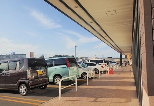 スーパーマーケットの駐車場